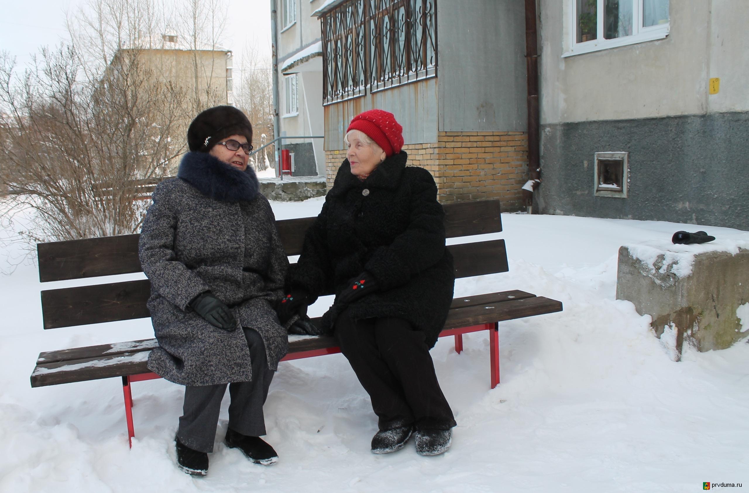 Юрий Прохоров организовал установку скамеек у подъездов многоквартирного дома