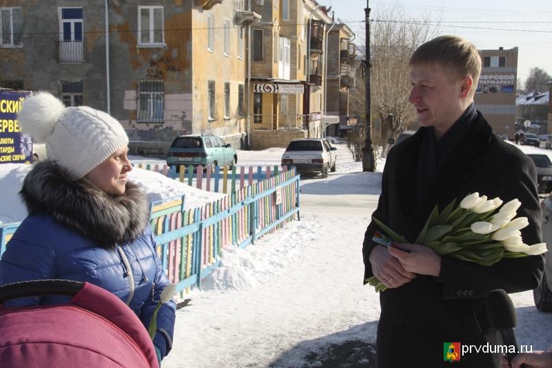 Цветы, улыбки и теплые слова – депутаты поздравили женщин с 8 марта