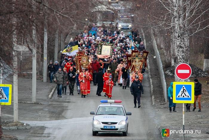 В день светлой Пасхи в Первоуральске прошел крестный ход