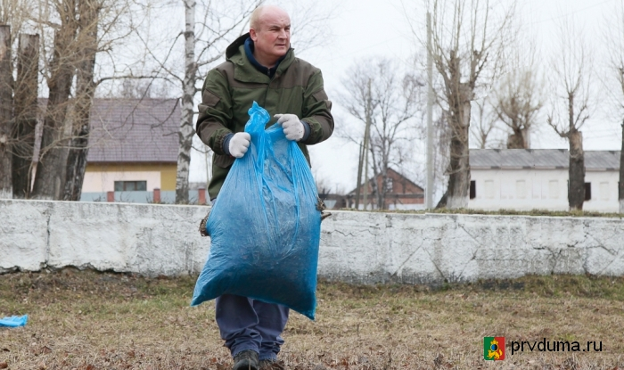 Николай Козлов принял участие в субботнике в поселке Билимбай