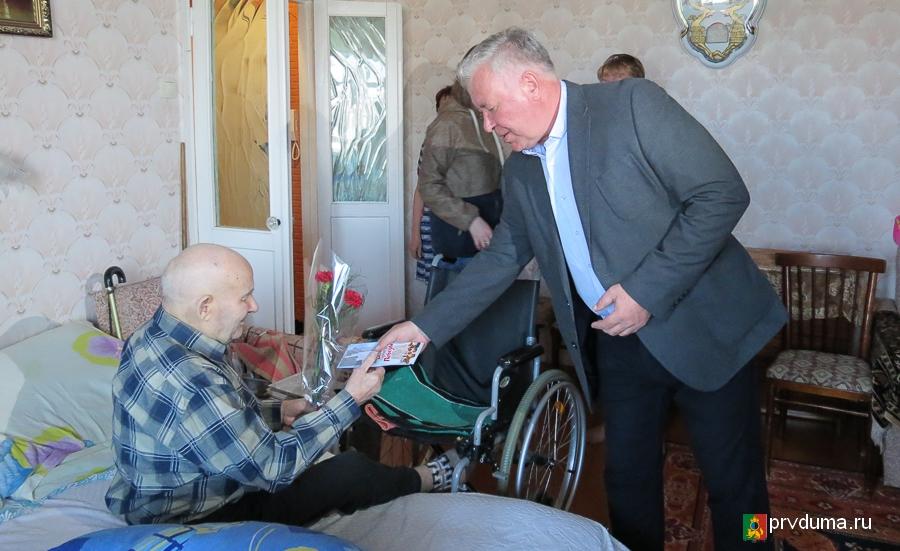 Эдуард Вольхин поздравил ветеранов с Днем Победы
