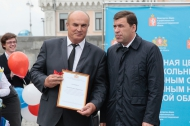 Евгений Куйвашев вручил Николаю Козлову ключи от нового школьного автобуса