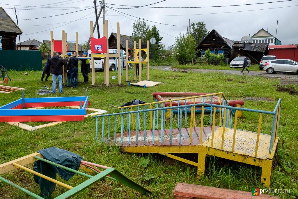 Николай Козлов установил очередную детскую площадку в Билимбае