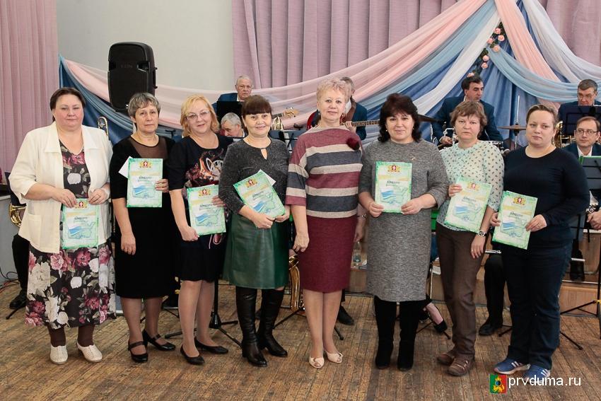 Депутаты поздравили первоуралочек с днем матери