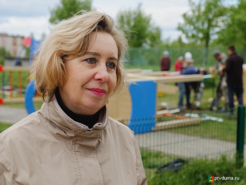 Депутаты «Единой России» начали устанавливать детские площадки