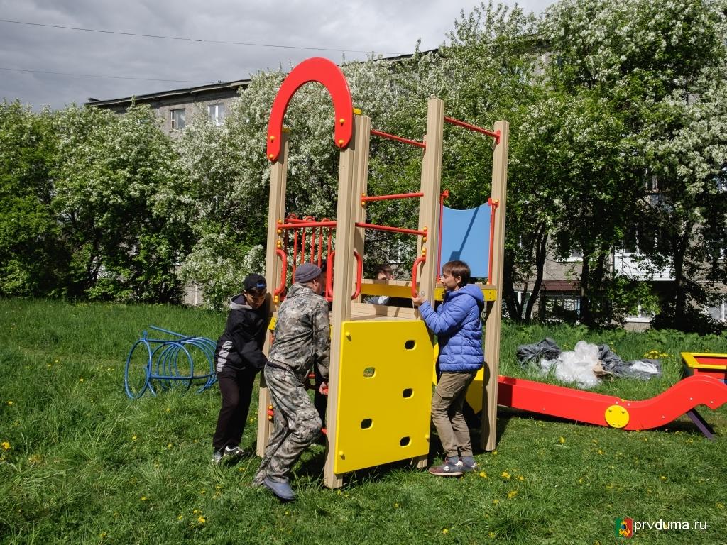 Владислав Изотов установил детскую площадку на улице Советской