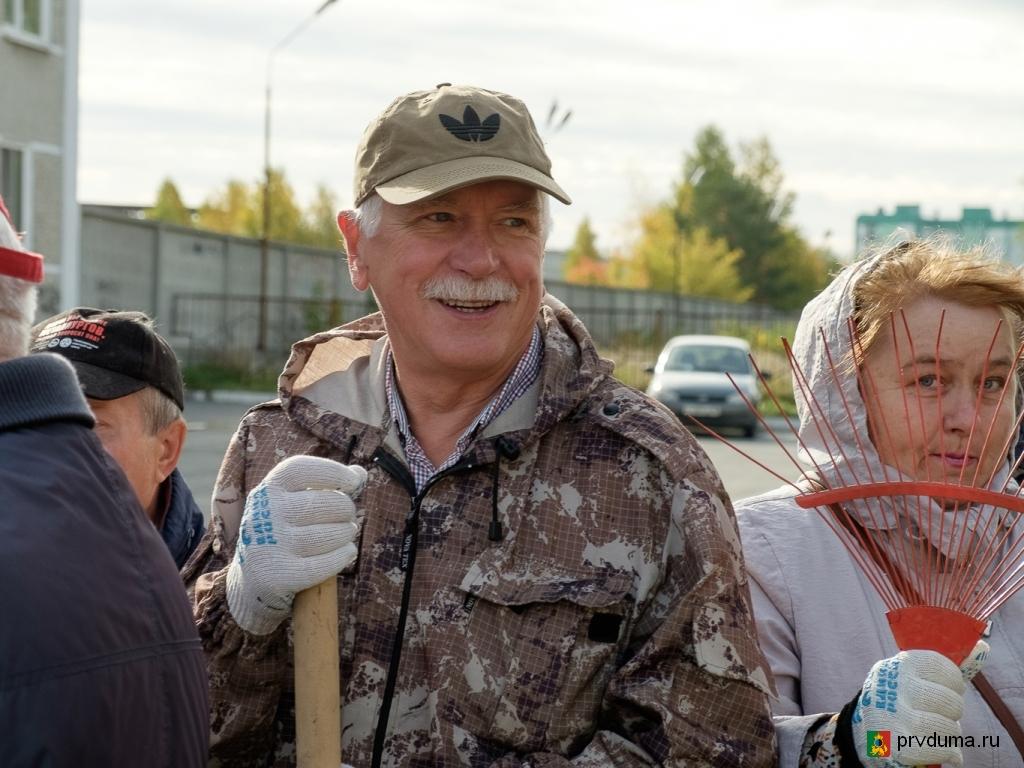 Валерий Трескин принял участие в субботнике в честь 100-летия комсомола
