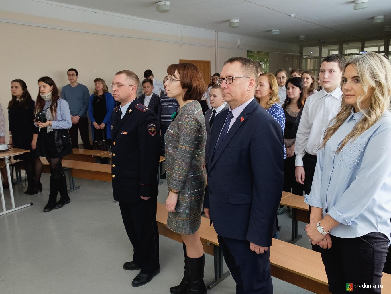 В честь 25-летия Конституции школьникам торжественно выдали паспорта