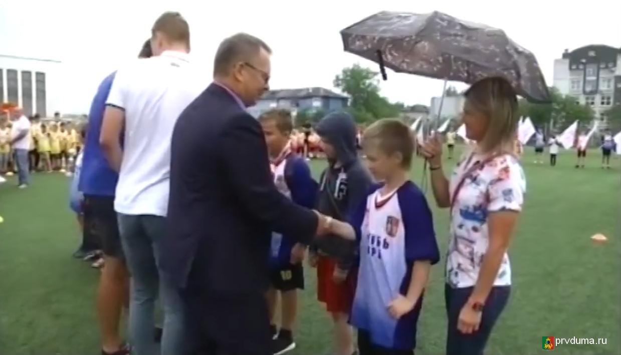 Владислав Изотов поздравил юных футболистов